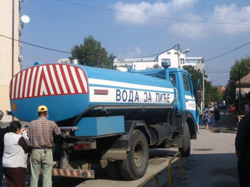 Cisterne za snabdevanje vodom postavljene na potezu između ulica 6. Ličke divizije i ulica PP Odreda 18799
