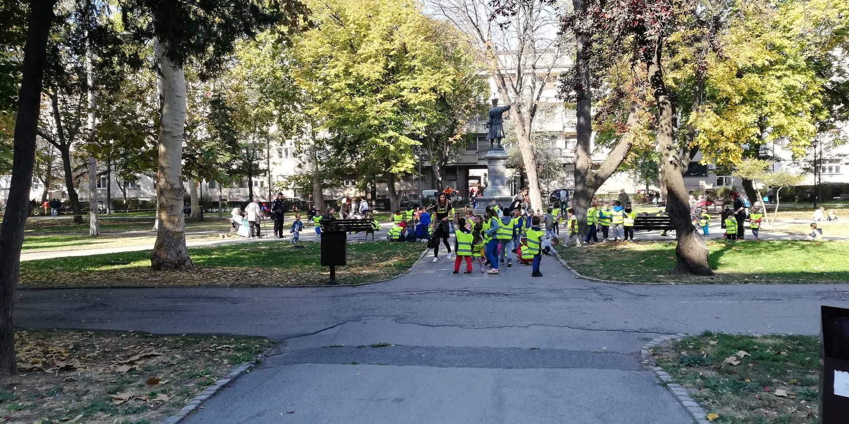 "Predškolska ustanova ""Ljubica Vrebalov"" vrtić Pčelica, iskoristila je lep dan i sve grupe izvela na druženje, svež vazduh... 9272"