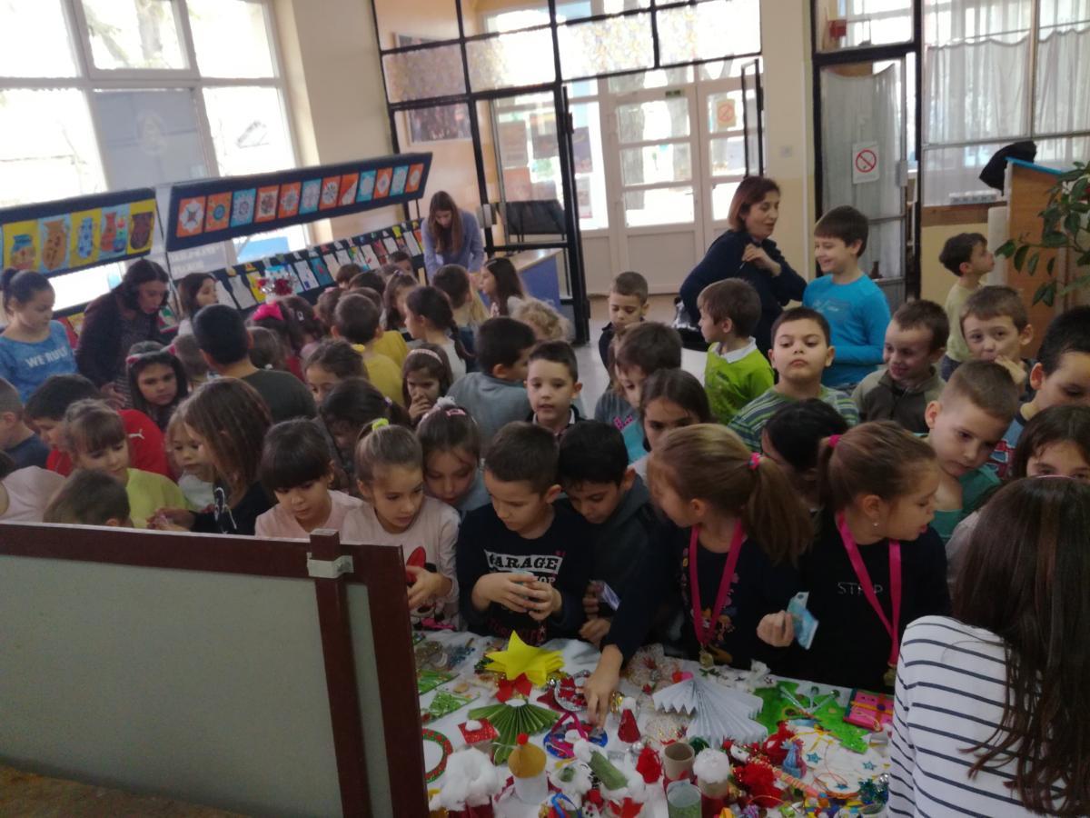 """Humanitarna izložba u Osnovnoj školi """"Kralj Aleksandar I"""" u Požarevcu 12483"""