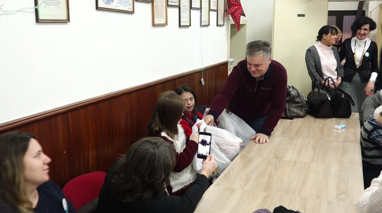 Požarevac: Savet za ravnopravnost polova podelio novogodišnje paketiće udruženjima i organizacijama dece sa posebnim potrebama 13079