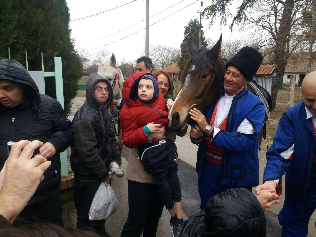 """Konjički klub """"Knez Mihailo"""" pripremio je za korisnike Centra za dnevni boravak novogodišnje paketiće FOTO 12995"""