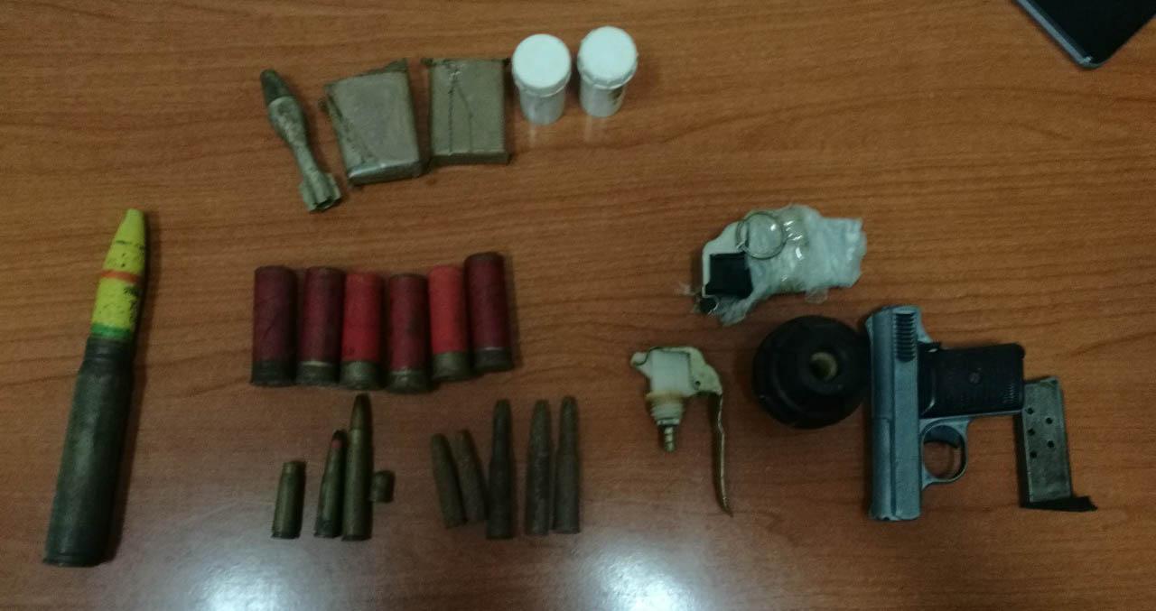 Policija u Požarevcu prilikom pretresa, pronašla i oduzela ručnu bombu, upaljač za ručnu bombu, pištolj, šest lovačkih patrona, deset puščanih metaka i metalnu granatu, kao i 2,4 grama marihuane 14393