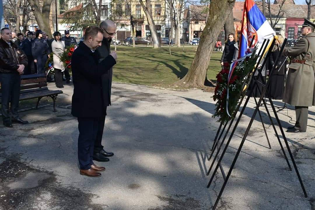 Obeležen dan državnosti u Požarevcu, Položeni venci na spomenik kneza Miloša 15001