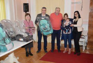 Uručena pomoć roditeljima novorođenih beba 15369