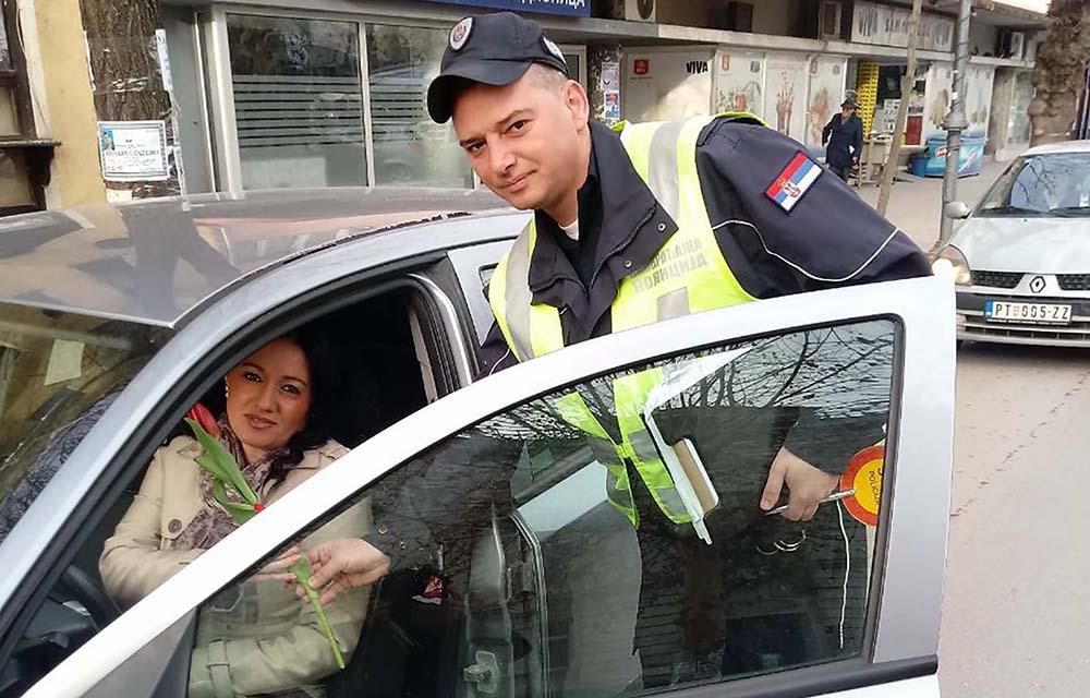Policija, prilikom kontrole saobraćaja, delili cveće ženama 15765