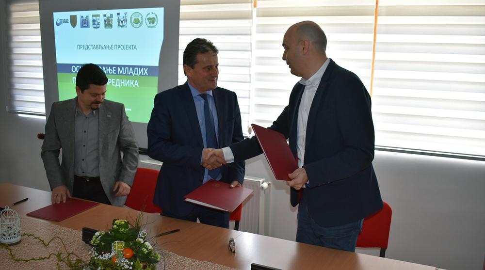 """Memorandum o saradnji u okviru projekta """"Osnaživanje mladih preduzetnika iz oblasti poljoprivrede"""" potpisan u Poljoprivrednoj školi """"Sonja Marinković"""" 15951"""