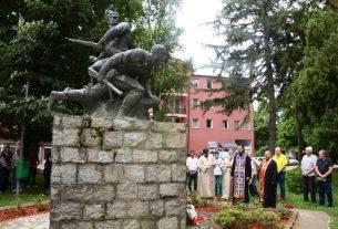 Polaganjem venaca na spomen obeležja stradalima u ratovima obeležen Vidovdan 3