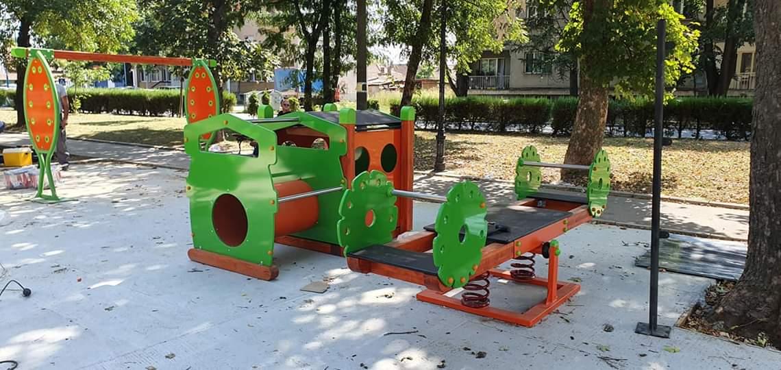 Radovi na postavljanju novog dečijeg igrališta u gradskom parku u Petrovcu na Mlavi 22647