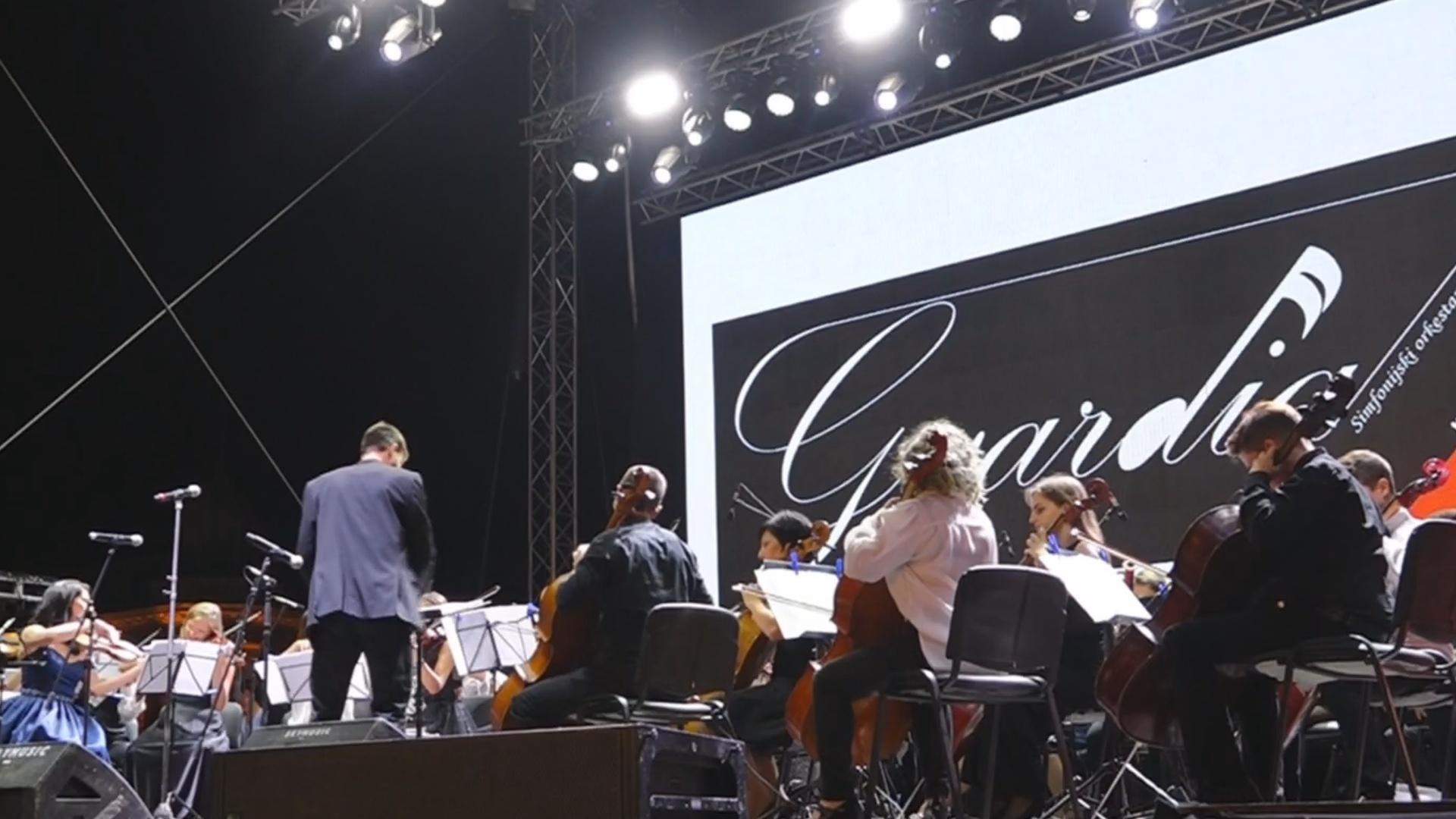 """Orkestar """"GVARDIJA"""" na trgu za doček SRPSKE NOVE GODINE u Požarevcu 27888"""