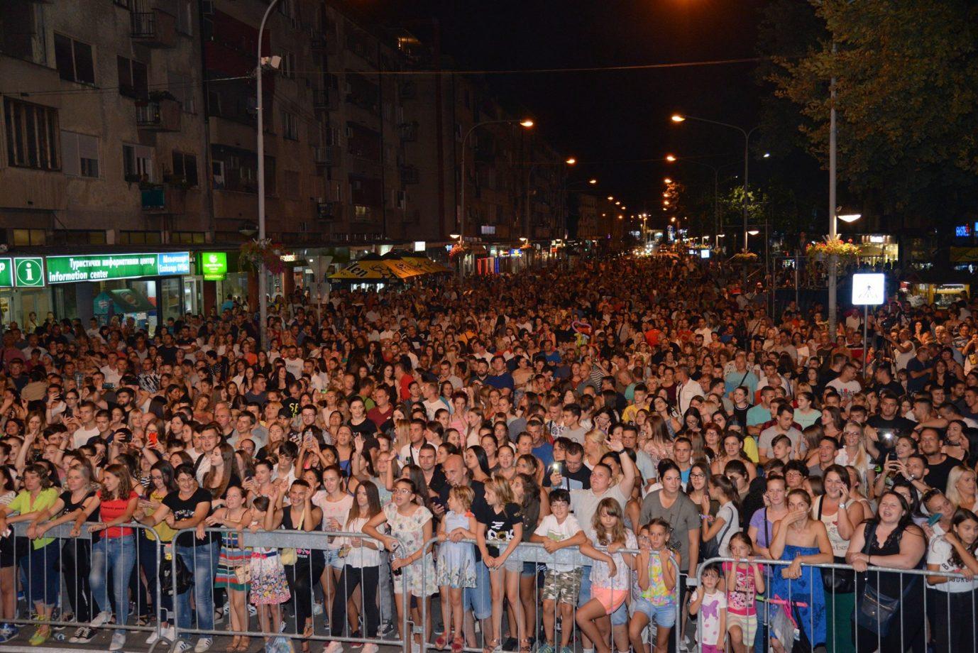 Večeras na trgu Renato Henc i Crvena Jabuka, juče nastupili Boris  Petrović i Lexington bend FOTO 22678