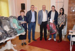 Svečano uručena pomoć roditeljima novorođenih beba u Velikom Gradištu 25495