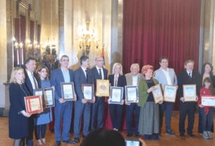 """Zlatna plaketa """"Šampion solidarnosti"""" opštini Veliko Gradište 27012"""