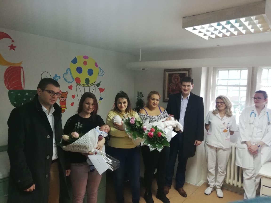 Grad uručio poklon vaučere za prve bebe rođene u ovoj godini 28171