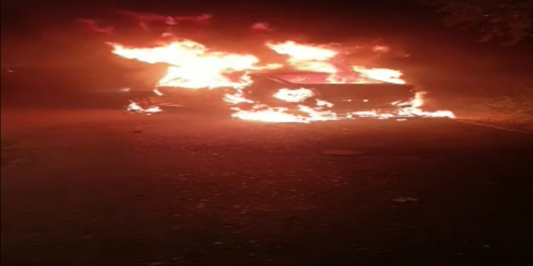 Suzavac obavio Skupštinu, lete kamenice, ima povređenih na obe strane, zapaljena tri policijska auta 38351