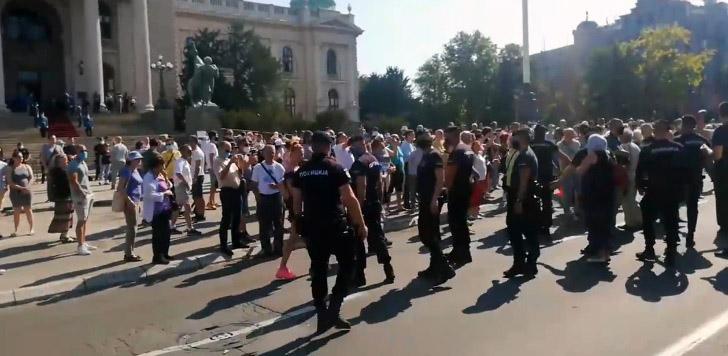 Demonstranti gađali skupštinu jajima i paradajzom 39646