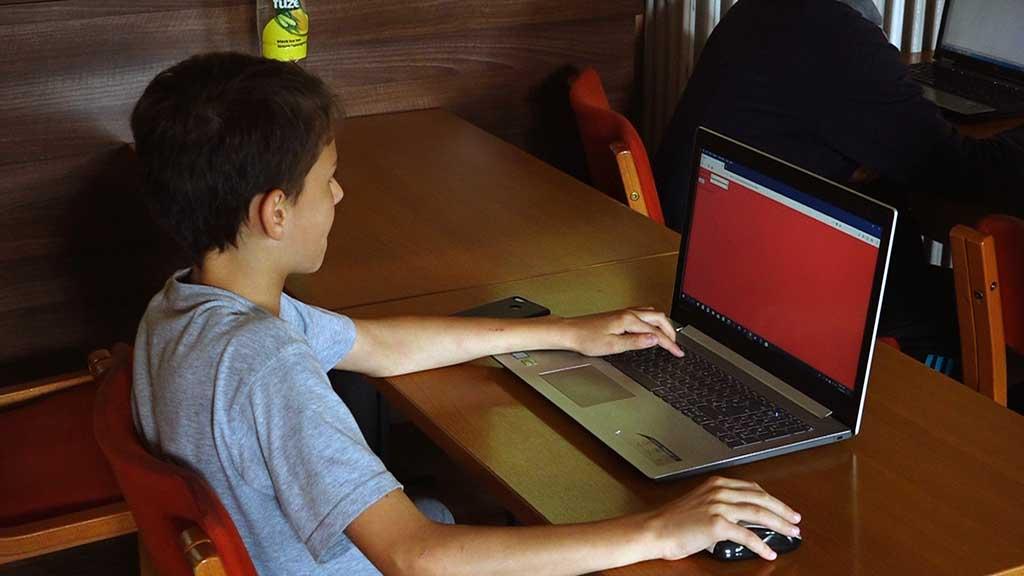 Tokom vanrednog stanja čak 1.778 dece i mladih prijavilo uznemiravanje preko interneta 39643