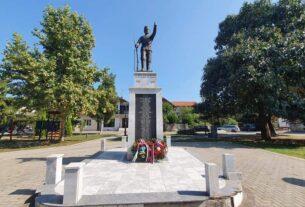 """Pololoženi venaci na spomenik palim ratnicima u parku """"Mala vaga"""" u Petrovcu na Mlavi 41587"""