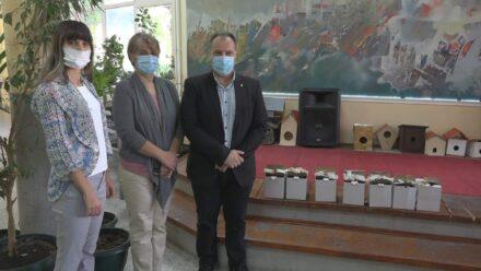 Udruženje pčelara Požarevac i ove godine poklonilo med đacima prvacima 41951