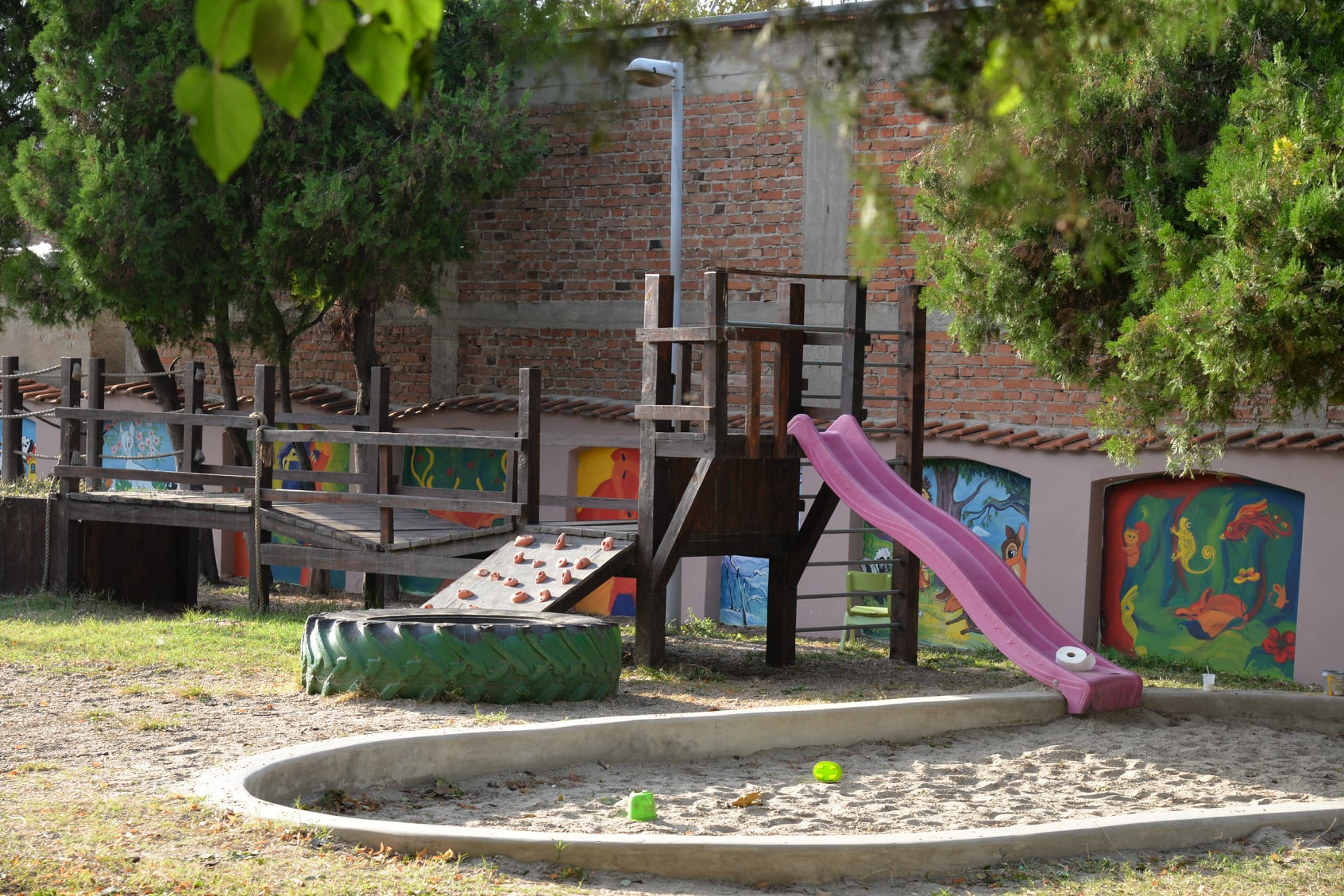 """Članovi ULISA """"M.P.Barili"""" oslikavaju murale u vrtićima u Požarevcu 42765"""