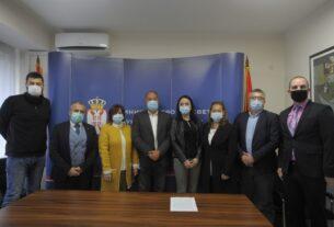 Ministar Šarčević naveo kao pozitivan primer Požarevac, gde su sve osnovne i srednje škole osnovale zadruge i već imaju zajedničke nastupe 42699