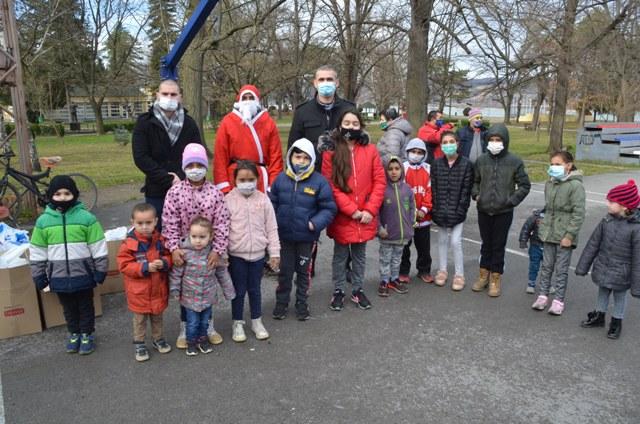 Centar za socijalni rad podelio novogodišnje paketiće deci 47389